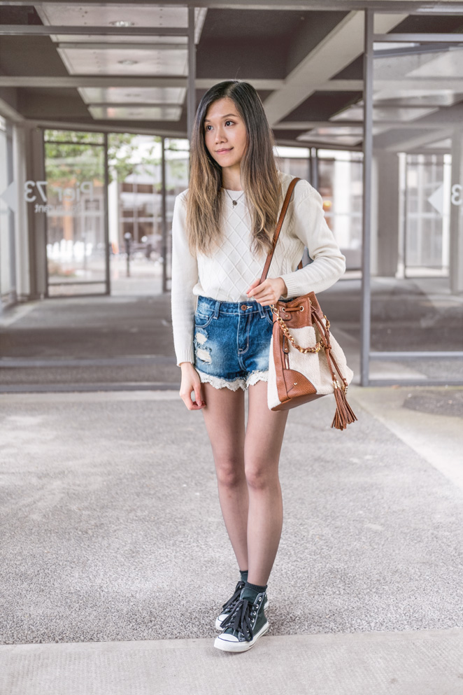 white cable knitted sweater, converse chuck taylor, bucket bag